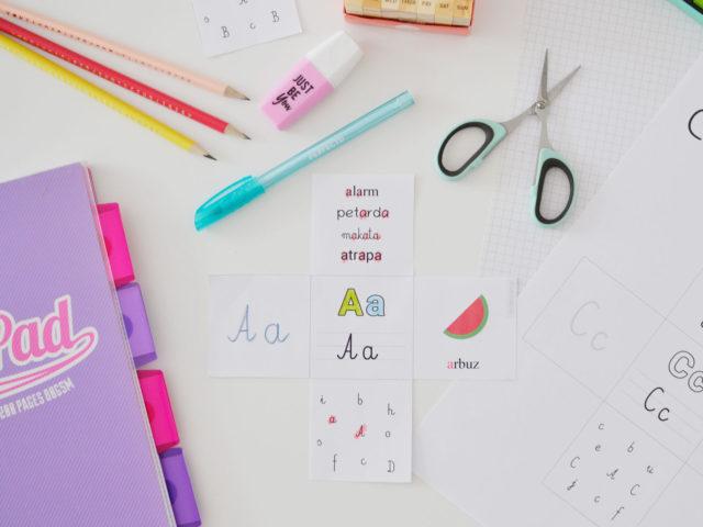 Wklejki z literami - 32 karty pracy do druku